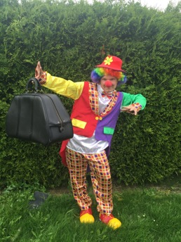 Clownbesök på kalas. går på händer, ballongfigurer och annan akrobatik