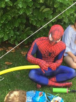 Spiderman gör ballongfigurer på kalas