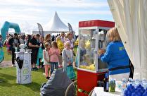 ATEAS tält lockade hundratals besökare med Popcornmaskin och gratis popcornsutdelning.