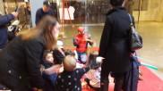 Spiderman gör figurballonger på kronprinsen köpcentrum -2017