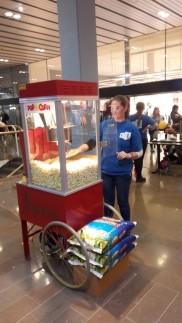 Stora popcornmaskinen på popcornutdelning på Kronprinsens köpcentrum i Malmö
