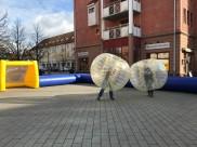 Rådhustorget i staffanstorp. Fältgruppen anordnade Uppblåsbar rink med vanlig fotboll och bumperballs på sportlovet -18.