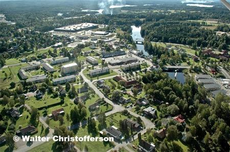 Töcksfors centrum vid kanalen och i bakgrunden handelsområdet vid Älverud med Töcksfors shoppingcenter.