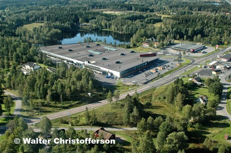 Handelsområdet vid Älverud med Töcksfors Shoppingcenter intill E18.