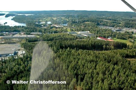Källhultets, Ståltorpets och Skärmons industriområden vid E18 öster om Töcksfors.