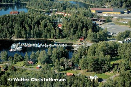 Båtklubben Rävarnas småbåtshamn i Sandviken och i bakgrunden jordfabriken Econova.