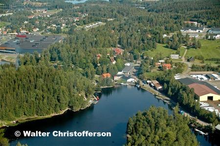 Till vänster syns Töcksfors Shoppingcenter, i mitten gamla bruksområdet och till höger Jordfabriken Econova.