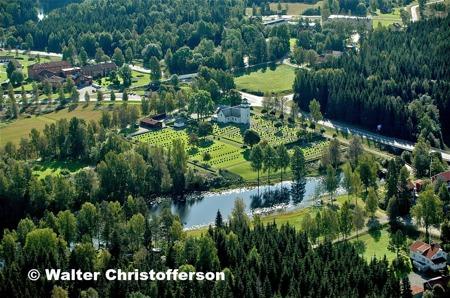 Äldreboendet Solgården och Töcksmarks kyrka vid E18.
