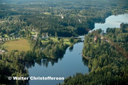 Församlingshemmet och Töcksmarks kyrka samt Turistgården vid sundet som leder till Ärttjärnsviken.