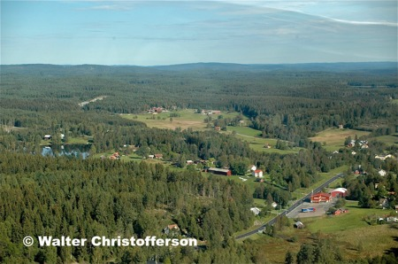 Vy över Skrädene och Hån med tullstationen vid E18.