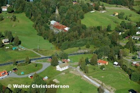 Vy över Hån med gamla fabriksområdet och dåvarande Håns missionshus.
