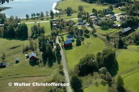 Vy över östra delen av Hån med grusvägen till Skrädene.