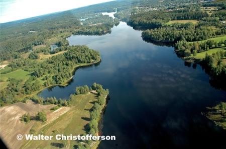 Vy över Ärttjärnsviken och i fjärran sjön Töck.