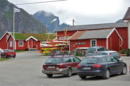 """Fiskehamnen Reine med Rorbuer och """"Kulinarisk"""" restaurang."""
