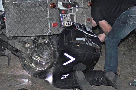 Björn fick hjälp med att laga en punktering.