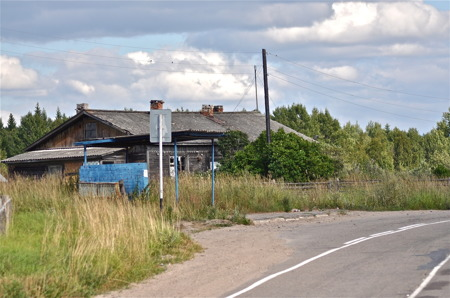 Busshållsplats vid butik mellan Priozersk och Petrozavodsk.