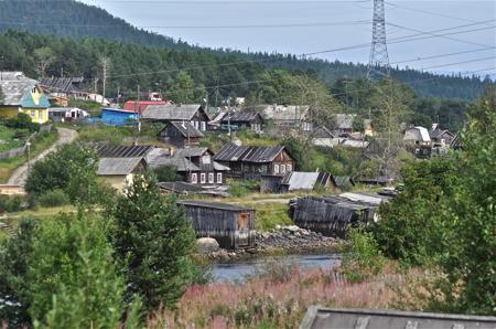 En by mellan Kem och Kirovsk.
