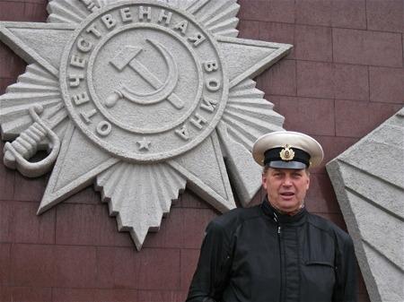 Hög officer vid monumentet mellan Murmansk och Kirkenäs.