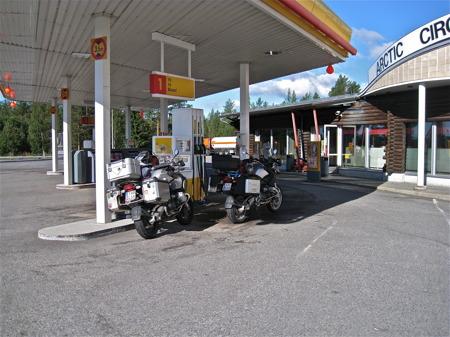 Tankning vid polcirkeln i Rovaniemi, Finland.