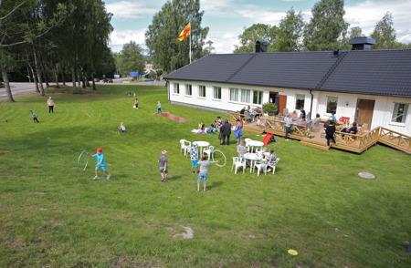 Redan tidigt på förmiddagen kunde man se lekande barn på församlingshemmets gräsmatta.