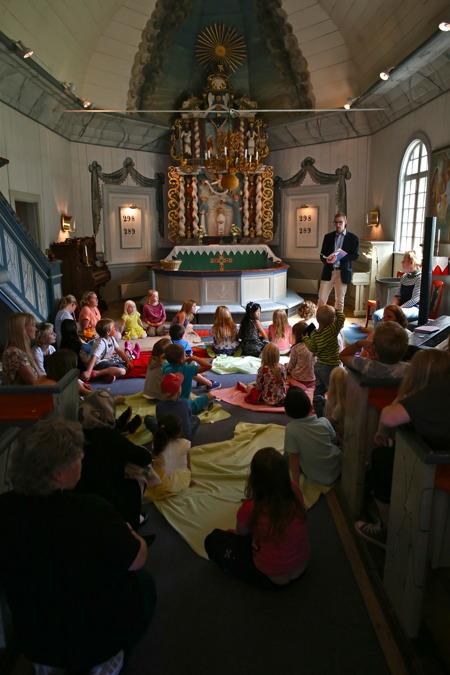 Församllingsprästen Nils Anshelm pratade med barnen.
