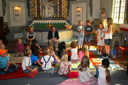 Några ungdomar i kören Holy Kidz sjöng under ledning av Mathilda Röjdemo.