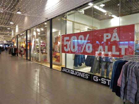 Och i shoppingcentret gäller det att sälja så mycket som möjligt inför julen.