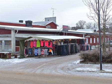 Utanför Kötthallen säljer man kläder.