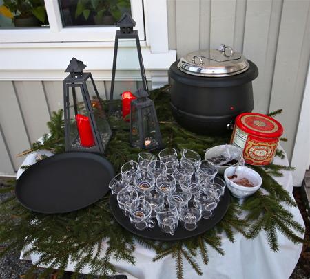 Det bjöds på glögg och pepparkakor i Watersides trädgård, för gästerna som skulle äta julbord.