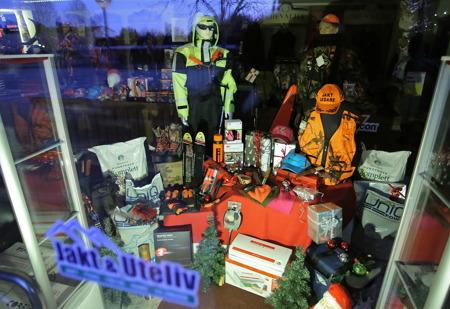 Jakt & Uteliv - Interjaktbutiken vid torget hade julskyltat.