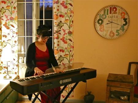 Mathilda Röjdemo i musikrummet, där det finns möjlighet att få musiklektioner.
