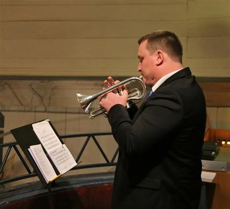 Martin Jansson spelade trumpet från läktaren.