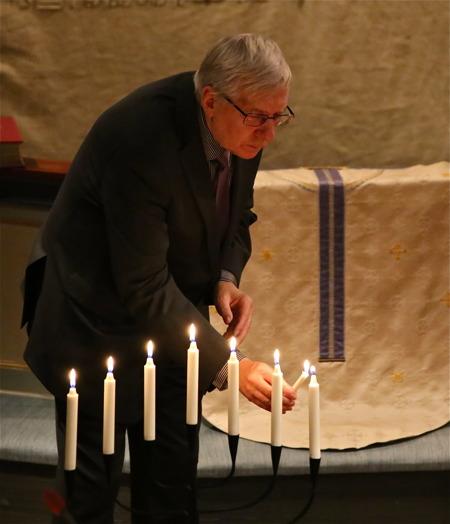 Lennart Berglund tände ljus vid invigningen av de två sjuarmade ljusstakarna.