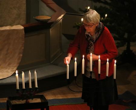 Lisbeth Albinsson tände ljus vid invigningen av de två sjuarmade ljusstakarna.
