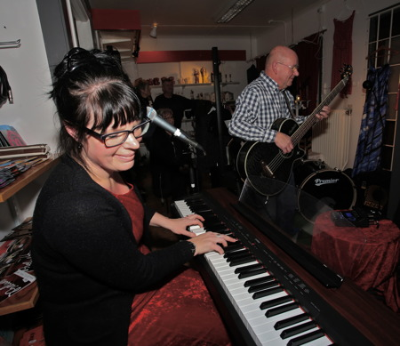 Konst & Musikboden avslutade den stämningsfyllda skyltsöndagen i Töcksfors centrum, när manpå kvällen bjöd in tillmusikcafé.