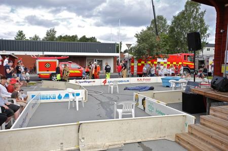 Räddningstjänstens uppvisning i rökdykning, en lägenhetsyta skapades på torget.