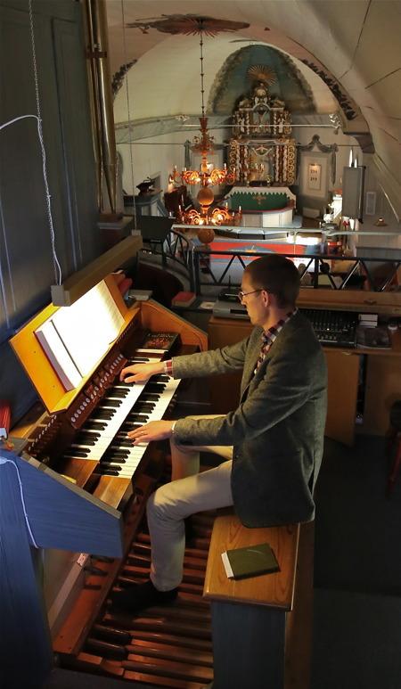 5 juli 2016 - Församlingens nye präst Pastorsadjunkt Nils Anshelm visade prov på fina kunskaper i att spela kyrkorgel.