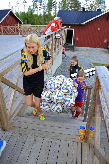 23 juni 2015 - Ordning och reda, bollarna måste samlas in.