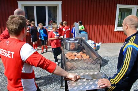 25 juni 2015 - Så var det dags att äta grillmat.
