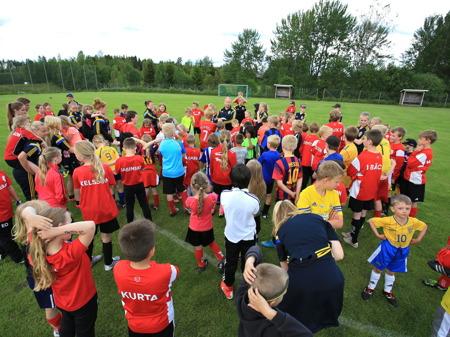 25 juni 2015 - Genomgång inför matchen. - fotbollsskolans elever mot ledarna.