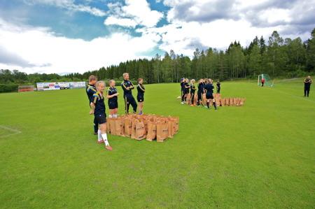 25 juni 2015 - Ledarna står klara att dela ut 101 påsar med presenter till fotbollsskolans deltagare.