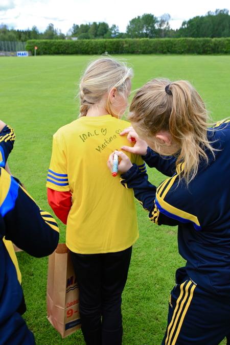 25 juni 2015 - Så återstod bara att få ledarnas signatur på tröjan.
