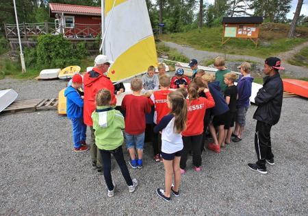 29 juni 2015 - Efter morgonsamling med upprop och första grenen kasta stövel i veckans femkamp var det dags att lära sig segelbåtens alla delar.
