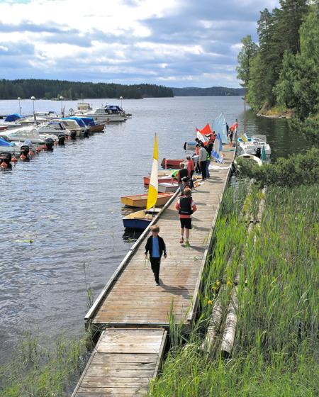29 juni 2015 - Samling på bryggan för att göra segelbåtarna klara.