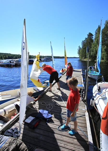 1 juli 2015 - Det är mycket som ska ordnas innan alla kommer ut med segelbåtarna på sjön.