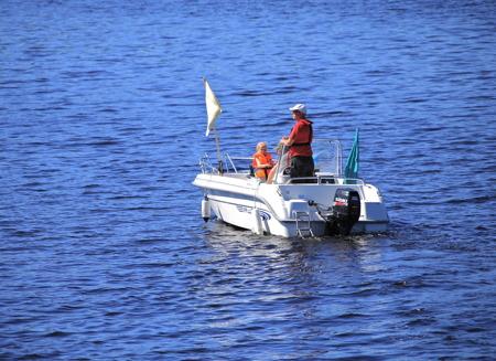 1 juli 2015 - Göran håller hela tiden ett vakande öga över segelbåtarna