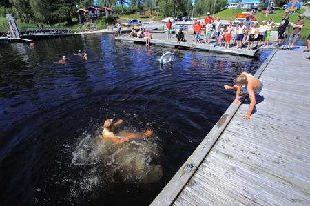 1 juli 2015 - Nödställd person i vattnet, då är det viktigt att veta hur man ska göra. Hoppa i för att hjälpa och kasta ut en livboj med lina.