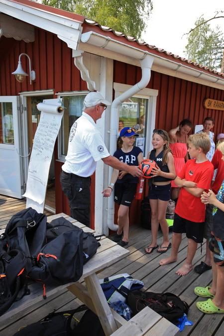 3 juli 2015 - Årets badboll tilldelades tjejen som hamnade i sjön under veckans första segling, och tyckte det var jättekul.