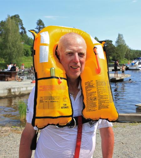 3 juli 2015 - Ungdomarna tackade Göran genom att slänga honom i sjön, och det visade sig att flytvästen fungerade.