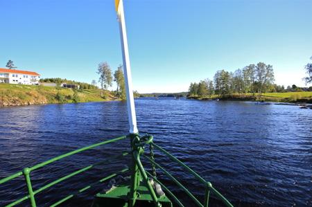 M/S Storholmen styr förbi Prästnäset mot Östervallskog.